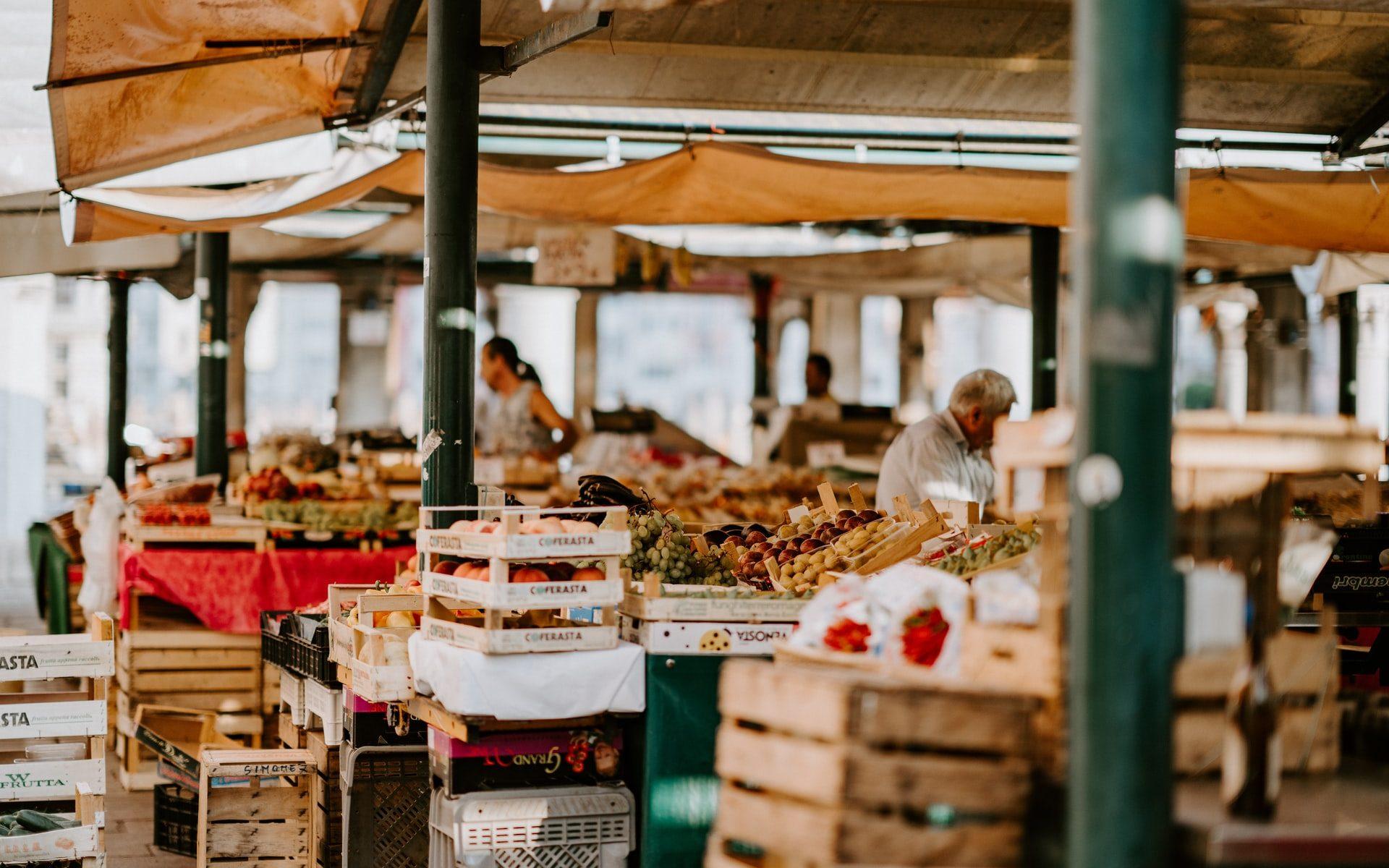 Stockage dans l'agroalimentaire: que choisir entre le métal, le plastique et le carton ?